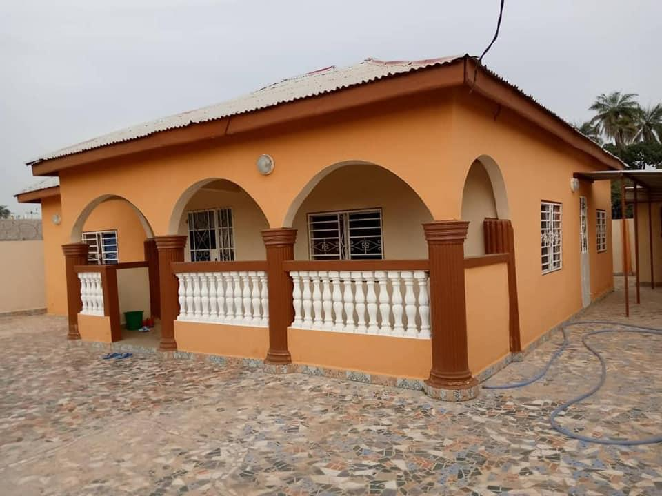 THREE BEDROOMS HOUSE FOR SALE AT OLD JESHWANG NEAR THE PRISON FOR D2.5MILLION WITH NEGOTIATION VERY CLOSE TO THE HIGHWAY