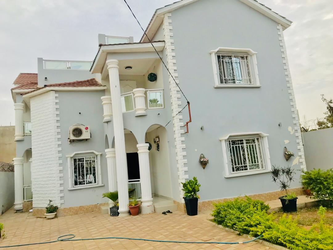 Four bedrooms house with three toilets for sale in bijilo behind Qcity
