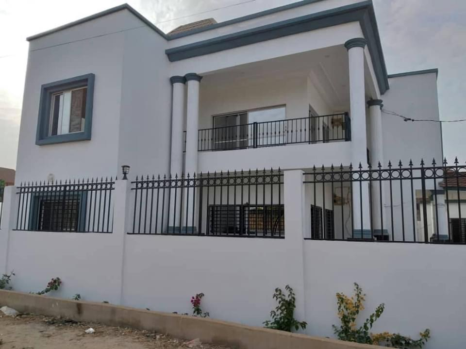five bedrooms house in bijilo for rent near the AU office and price is D400,000