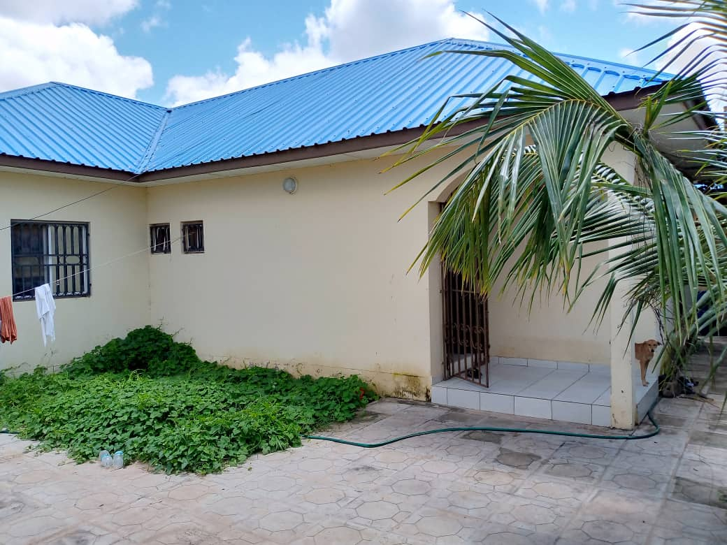 Three bedrooms house in kololi for sale